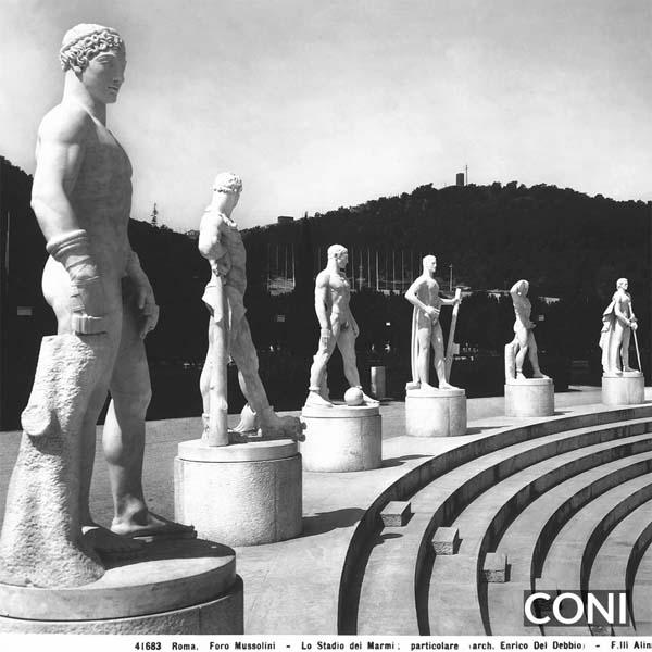 Parte delle gradinate sovrastate da statue, nel Foro Mussolini a Roma, nel Lazio. Opera di Enrico Del Debbio